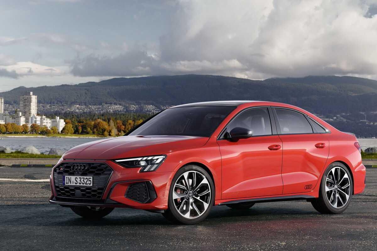 Немецкая Audi представила обновленное семейство моделей А4 Рестайлинг коснулся седана универсала и внедорожника