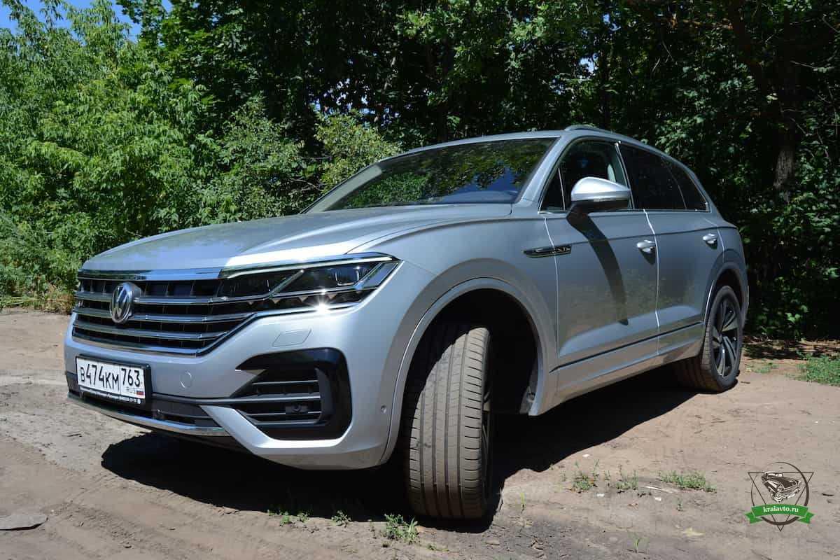 Под занавес ноября в российских салонах Volkswagen должна появиться доступная версия Touareg с бензиновой двухлитровой турбочетверкой