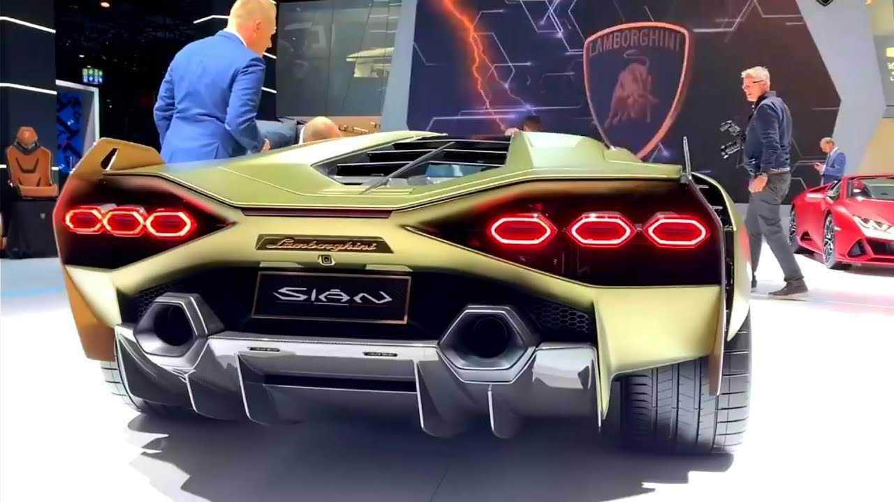 В сумме Lamborghini Sian FKP 37 выдает аж 819 лс Все это работает с 7 ступенчатым роботом с возможностью адаптации и очень быстрыми переключениями