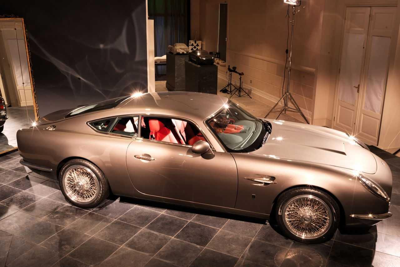 Британский бизнесмен и любитель спорткаров Дэвид Браун представил публике свое первое творение Ретро-кузов выполненный в классическом дизайнерском стиле скрывает платформу Jaguar XKR
