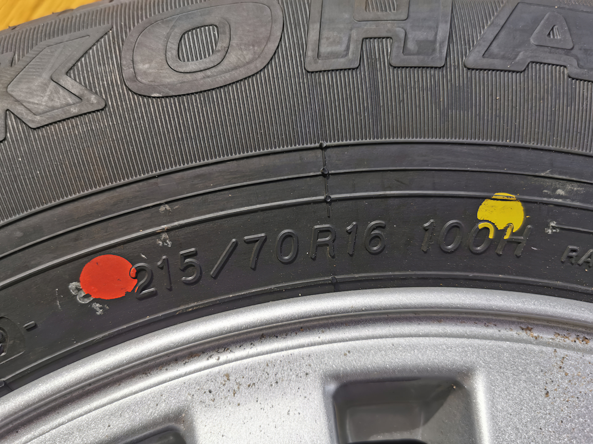 Белые, желтые и красные точки на новых шинах помогают правильно установить резину на колесный диск для балансировки