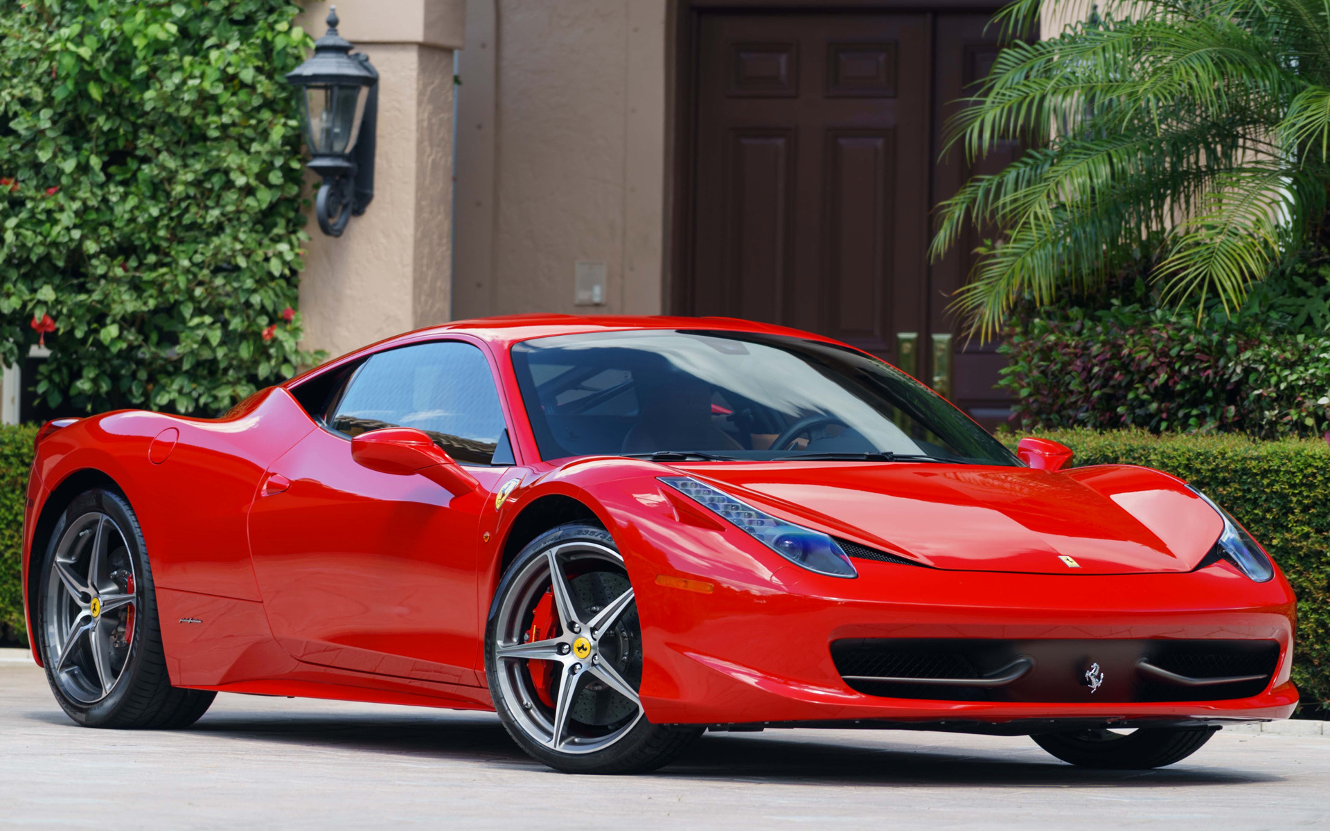 Инновации в дизайне Ferrari 458 интерьер и экстерьер конструктивные особенности технические характеристики модификации и стоимость автомобиля