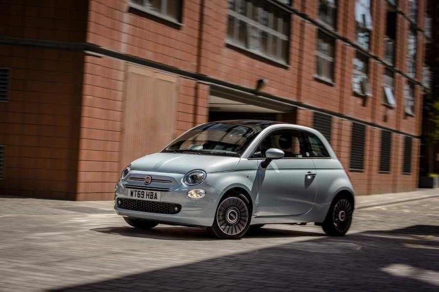 Что нового в обновленной версии Fiat 500 2019 года стандартные функции опции цены комплектации салон особенности моделей купе плюсы и минусы тест драйв