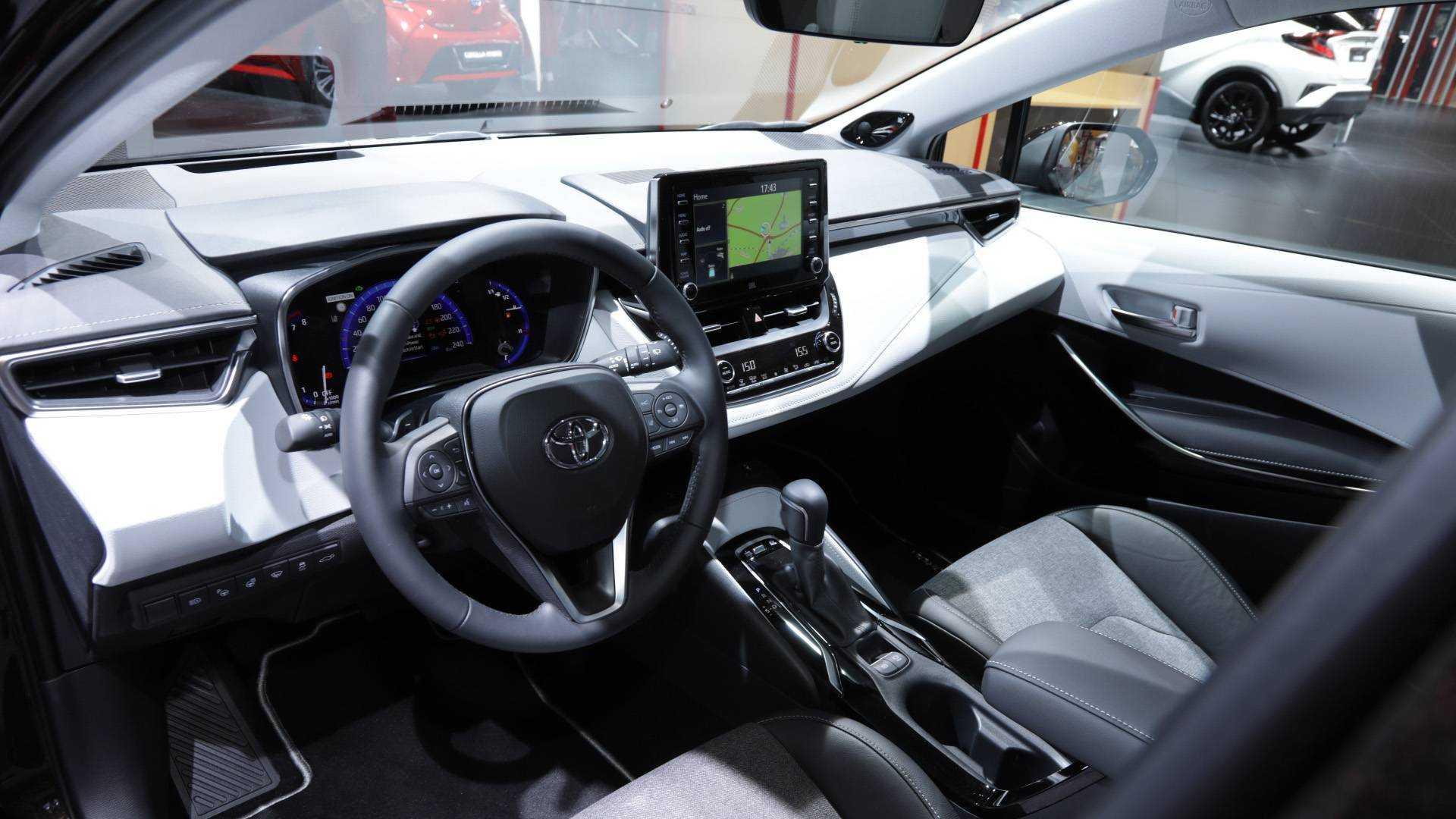 Тойота королла 2019, итак, коротко расскажу о новой королле для тех, кто делает выбор, вариатор, бензиновый двигатель, левый руль, новокузнецк