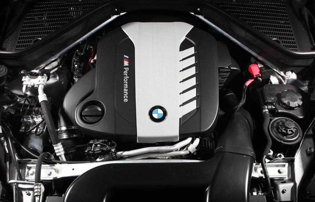 Простейшую модификацию «Икс-пятого» xDrive 30d оценили в 459 млн рублей она оснащается рядной 30 дизельной «шестеркой» генерирующей 249 сил при 620 Нм на пике тяги