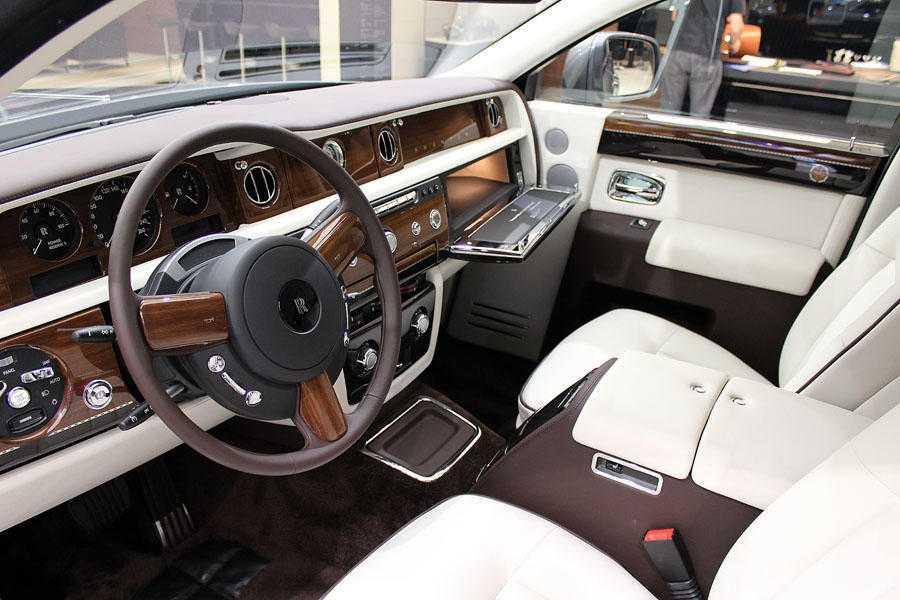 Rolls Royce Ghost был впервые представлен в уже далеком 2009 году на автосалоне в г Франкфурт-на-Майне (Германия) На автосалоне данный автомобиль был представленный английской компанией