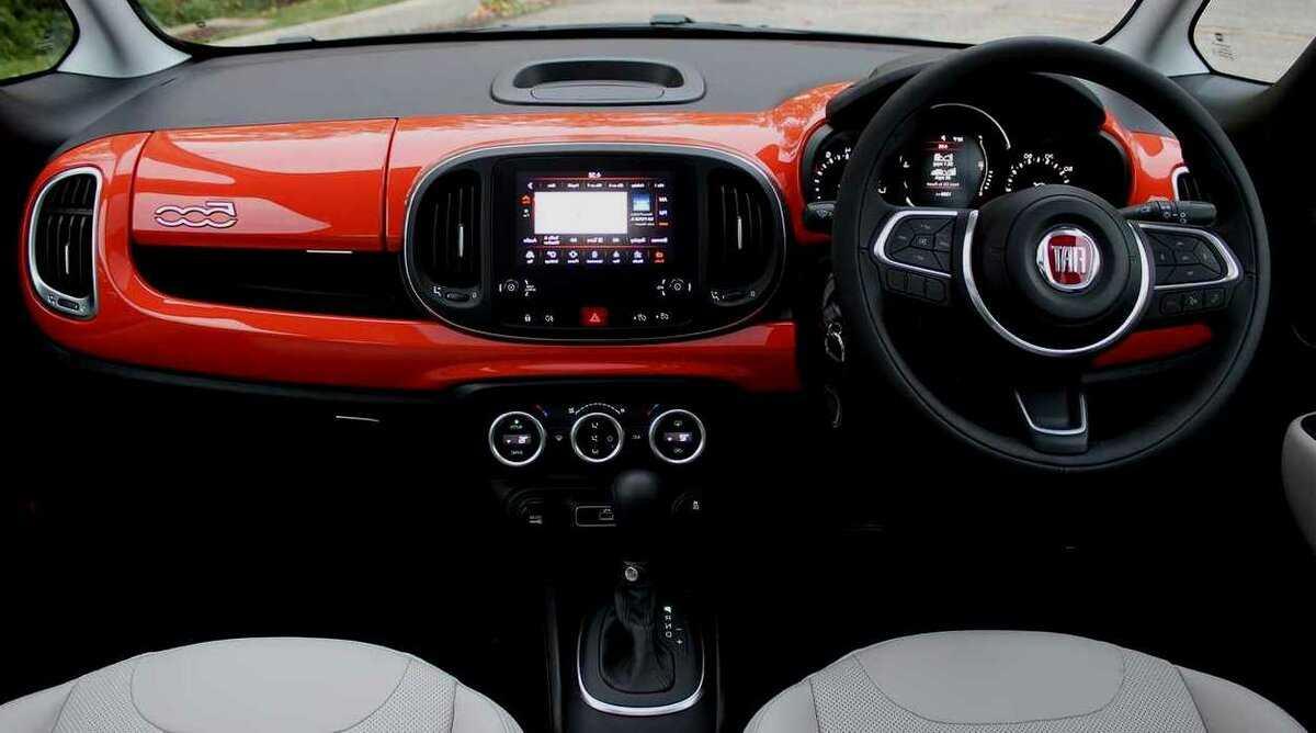 Fiat 500 2020 года — компактный городской хэтчбек с комфортабельным салоном и необходимым набором опций