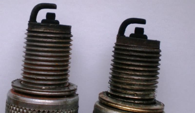Черный нагар на свечах зажигания причины - карбюраторный мотор