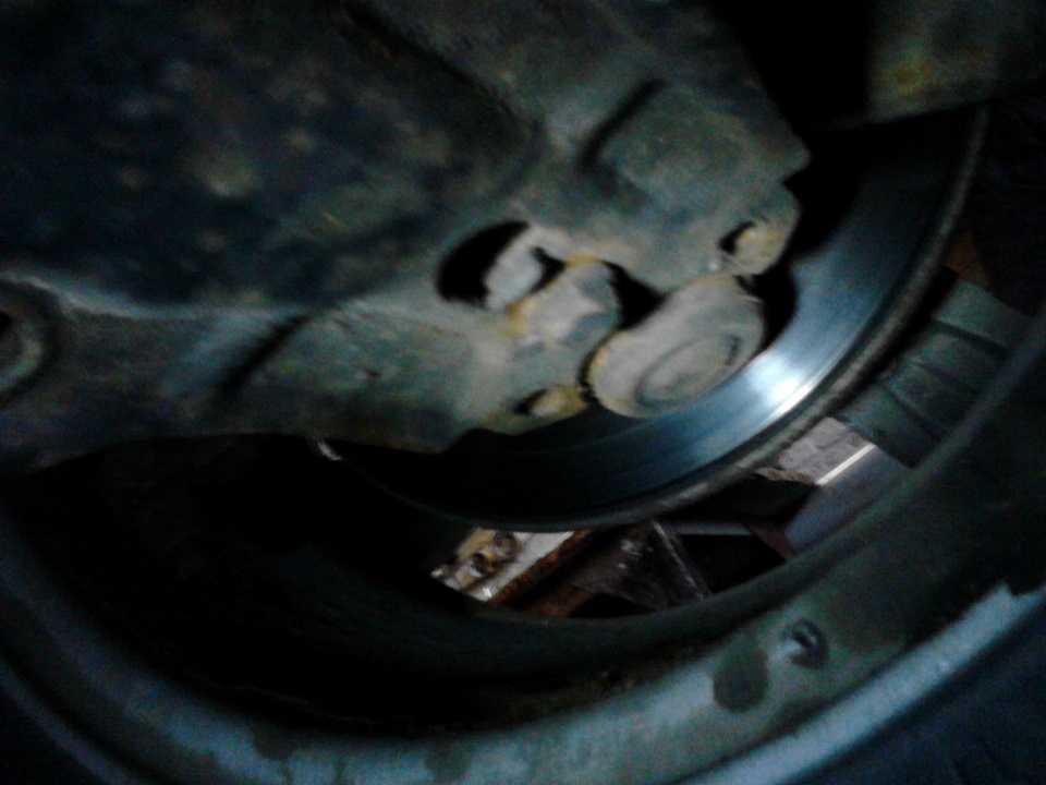 Стук при нажатии на педаль тормоза, причины и как устранить неисправности